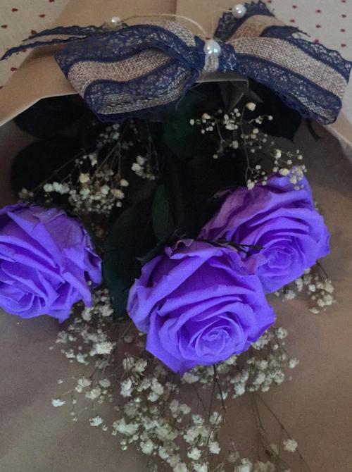 ramo de rosas preservadas moradas